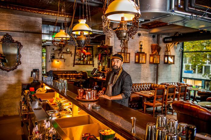 Tan Do aan de bar van zijn nieuwe grand café-restaurant Dodo aan de Karel Doormanstraat 34 in het centrum van Rotterdam. In totaal kunnen 220 mensen eten in de zaak.