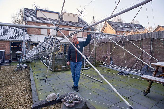 Tony Ruis bij zijn gekantelde mast.