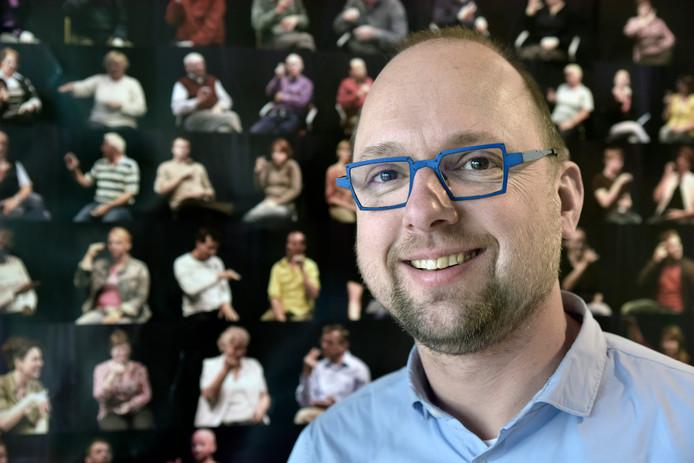Onno Crasborn, hoogleraar gebarentaal, wil dat heel Nederland een basiskennis leert van deze handtaal.
