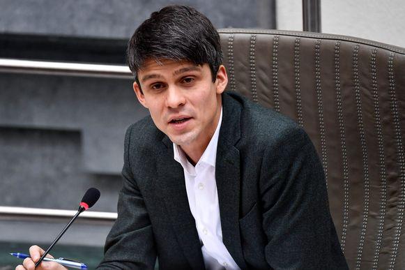 Vlaams mediaminister Benjamin Dalle (CD&V) geeft uitleg in het Vlaams Parlement.
