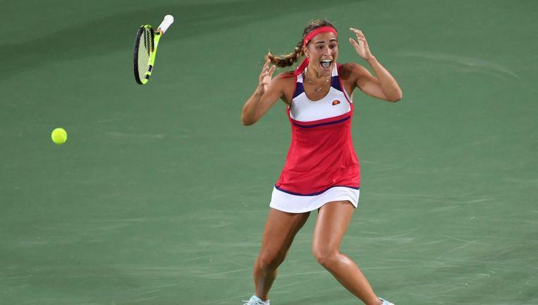 Monica Puig gooit vol ongeloof haar racket weg als ze in de finale de Duitse Angelique Kerber heeft verslagen. Beeld afp