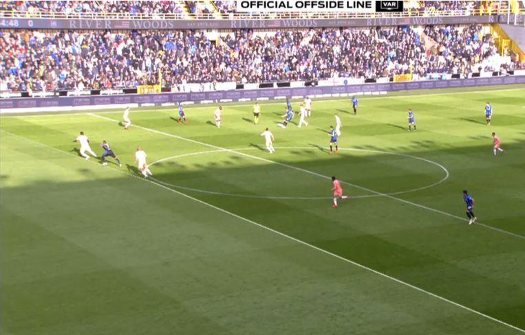 Wesley glipt -randje buitenspel- door de Anderlecht-defensie.