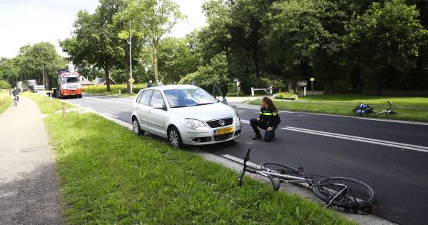Zwaargewonde fietser met spoed afgevoerd na aanrijding in Elburg.