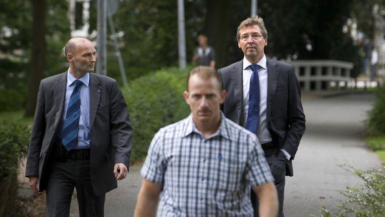 Burgemeester van Utrecht Aleid Wolfsen loopt met twee beveiligers door het Wilhelminapark in Utrecht. Vanwege bedreigingen aan zijn adres krijgt Wolfsen persoonlijk beveiliging. Beeld ANP
