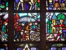 Kleurig beeld in Hubertuskerk herinnert aan treurig vluchtverhaal