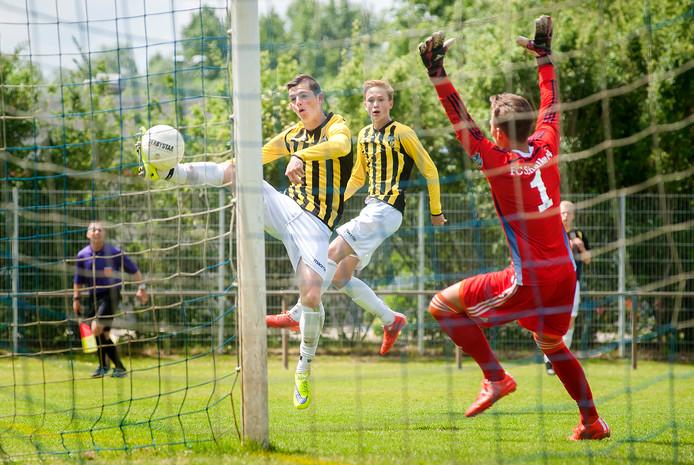Thomas Buitink neemt het doel onder vuur tijdens een internationaal jeugdtoernooi met Vitesse. Het talent heeft inmiddels zijn debuut gemaakt bij de hoofdmacht van de Arnhemse club.