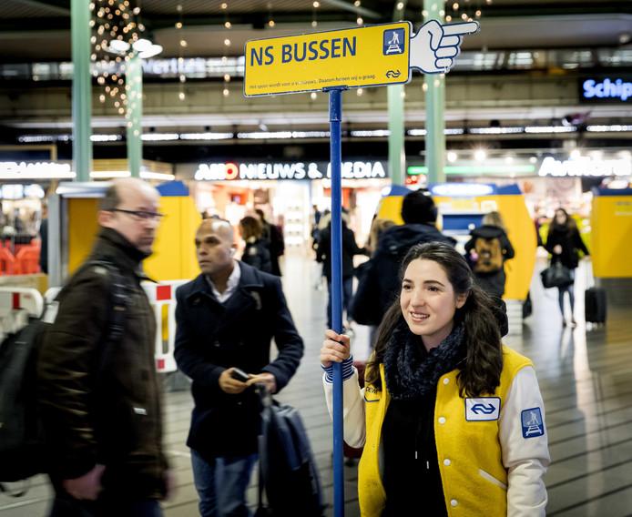 NS heeft bussen ingezet van en naar Schiphol. Er rijden vier dagen lang bijna geen treinen van en naar Schiphol Airport wegens geplande werkzaamheden. Reizigersorganisaties zijn boos dat reizigers op sommige bussen meer betalen dan voor de trein.