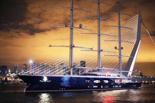 Het mega-zeilschip passeert de Erasmusbrug