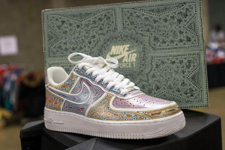 Een paar witte Nikes, bewerkt door Chris 'Zoola' Nasaridis, kost tot 700 euro.