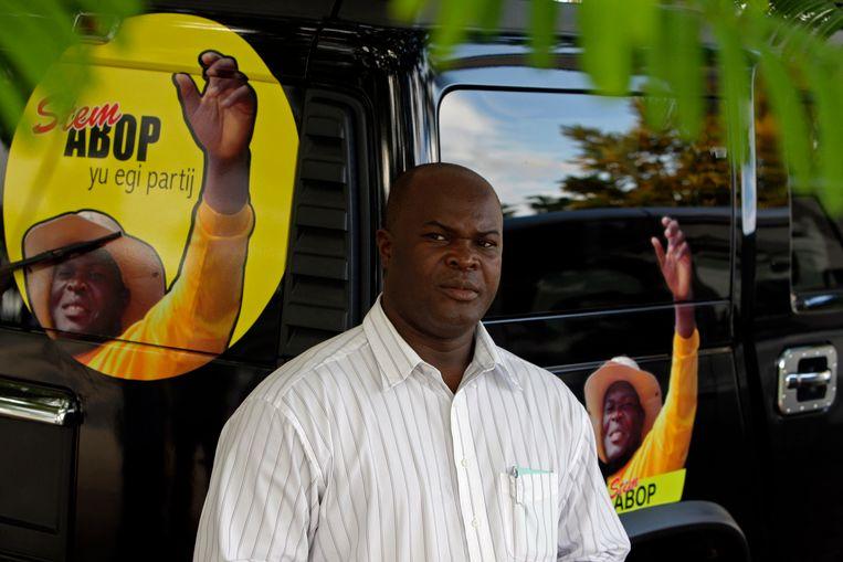 ABOP-leider Ronnie Brunswijk voor zijn Hummer, tijdens de verkiezingscampagne van 2010. Beeld ap