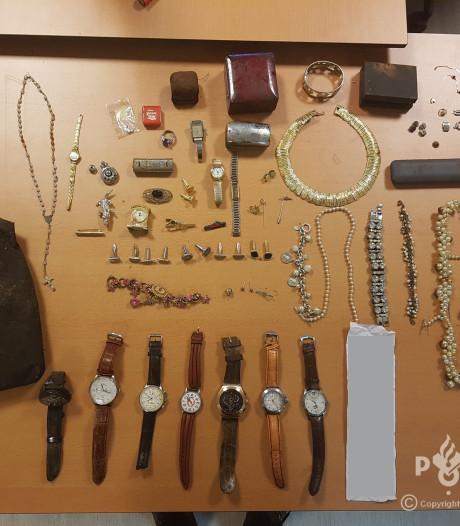 Buit van sieraden en horloges gevonden in bos bij Voorthuizen