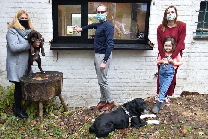 Schepen van Dierenwelzijn Elsie De Greef (N-VA) en Vlaams minister van Dierenwelzijn Ben Weyts (N-VA) brachten één van de stickers naar Evelien Barbieux, die twee honden heeft.