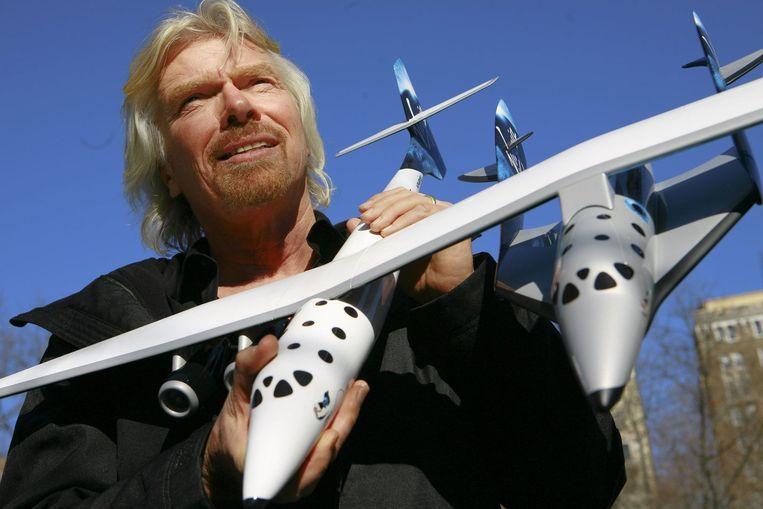 Richard Branson met het ontwerp van de 'Spaceship Two'. Archieffoto.