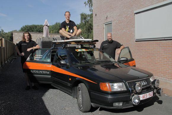 Carlo, Robbe en Chris vertrekken met deze oude Audi 100 op Rammelbakkenreis.