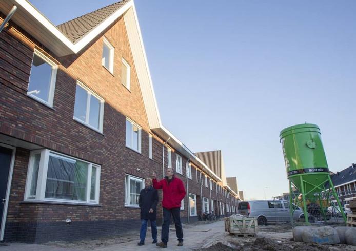HenkVlemmix (links) en Jan Walrecht bij de net opgeleverde woningen in de Irislaan in de Bloemenbuurt in Eindhoven. Hier ligt de 2000ste woning die BIEB begeleidde.