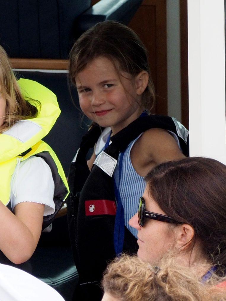Charlotte houdt wat meer afstand en blijft in de boot zelf.