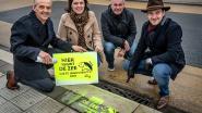Stadense rioolputjes krijgen slogan 'Hier begint de zee, niets ingooien aub'