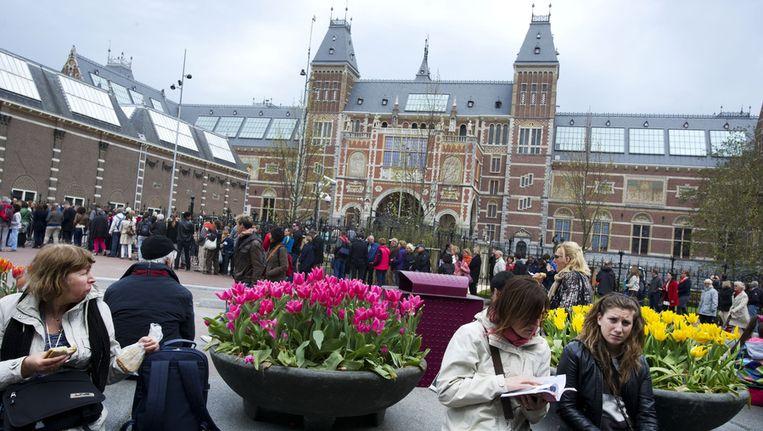 Lange rijen wachtenden voor de ingang van het Rijksmuseum aan het Museumplein. Beeld anp
