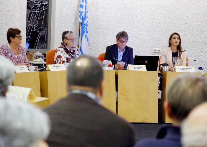 Gedeputeerde Anne-Marie Spierings (rechts) in een extra gemeenteraadsvergadering.