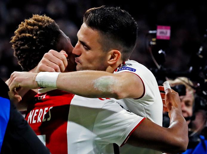 Dusan Tadic knuffelt David Neres na de 1-1, gisteravond in Amsterdam.