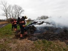 Brandweer laat extra water aanrukken voor blussen berg droog gras in buitengebied Nuenen