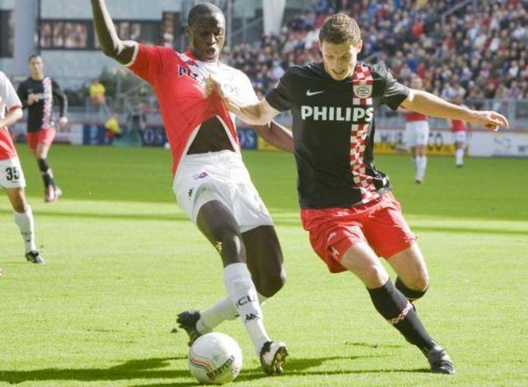 Jacob Mulenga (links) van FC Utrecht in duel met Erik Pieters van PSV. Foto ANP Beeld