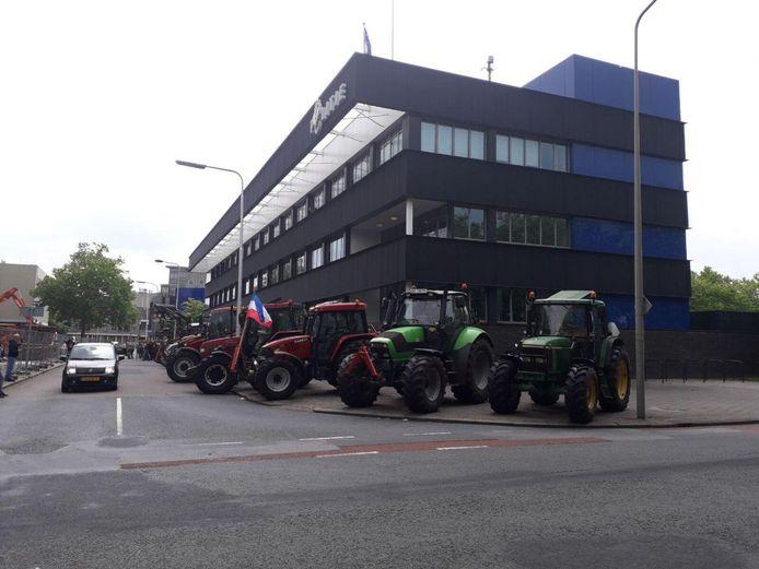 De tractoren hebben zich ook bij het politiebureau in Almelo verzameld.