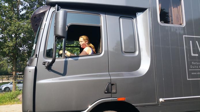 """Evelien stapt voor het eerst in zes jaar weer achter het stuur van een vrachtwagen en dat was toch wel even wennen. """"Maar elke vrachtwagen is anders"""", zegt de stoere chauffeur."""
