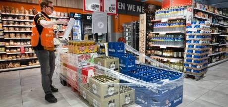 Afzetlinten en bewakers: dit doen supermarkten om alcoholkopers na 20.00 uur te weren