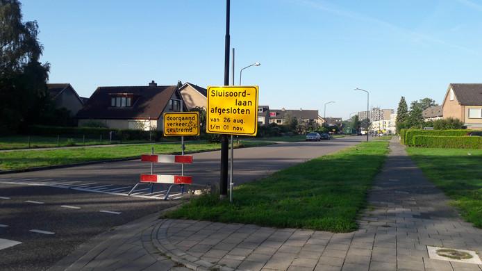 Dit deel van de Sluisoordlaan gaat maandag dicht. Op de achtergrond vinden de afrondende werkzaamheden van het stuk bij de nieuwe Anklaar plaats.