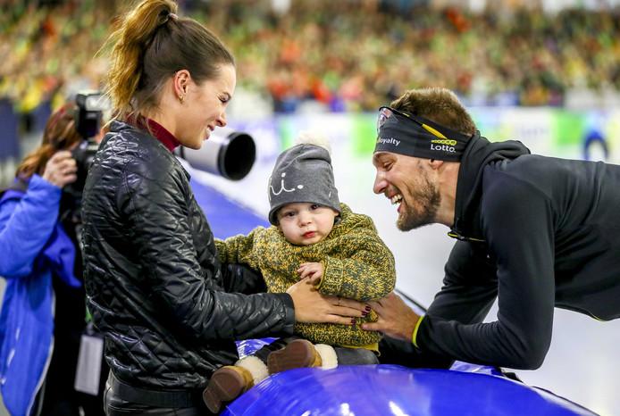 Kjeld Nuis wordt gefeliciteerd door Jill en zoontje Jax, na de 1500 meter tijdens het Olympisch Kwalificatie Toernooi (OKT) in Thialf, in 2017.