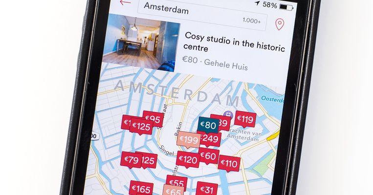 Advertenties op de website van Airbnb op een smartphone. Beeld ANP