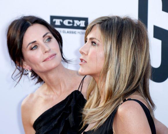 Courteney Cox (links) met haar beste vriendin Jennifer Aniston (rechts)