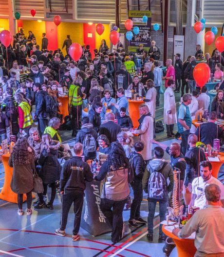 Delft On Stage ontvangt donatie van 4000 euro: Beroepenfeest vmbo'ers gaat hoe dan ook door