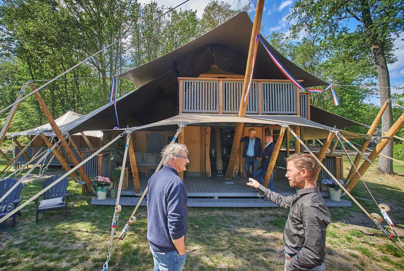 Het lievelingsplekje van Rems Verbossen (rechts), eigenaar van De Pier in Uden, is de slaapkamer in de nieuwe Konings Lodge. ,,Als je wakker wordt, kijk je zo de bomen in.''