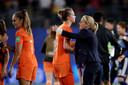 Sarina Wiegman feliciteert Vivianne Miedema met het bereiken van de kwartfinales op het WK.
