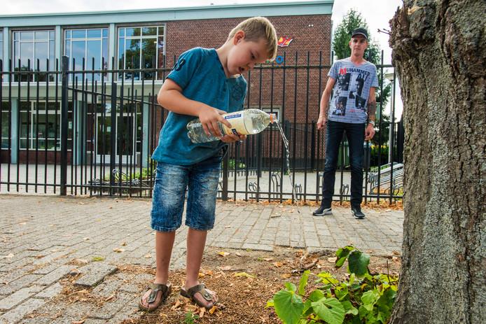 Op de Don Sartoschool in Tilburg mogen de kinderen alleen nog water drinken, maar Jonairo (6) vindt dat niet lekker.