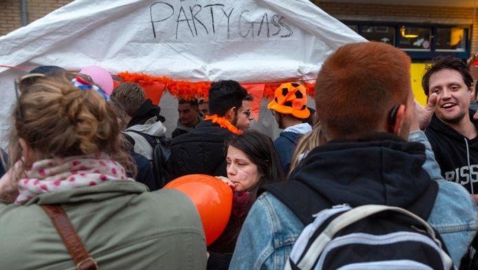 Op Koningsdag werd op veel plekken in Amsterdam lachgas verkocht