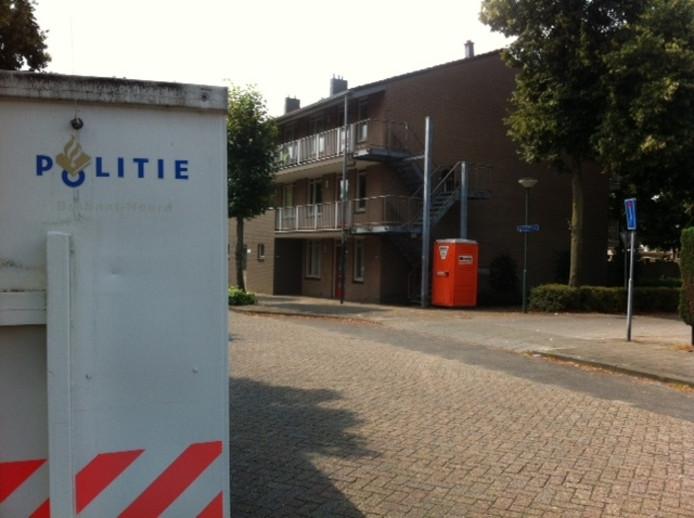 De politiecontainer stond dinsdagmiddag nog aan de Mozartstraat in Schijndel waar donderdag een man dood gevonden werd in zijn woning, de hoekflat op de tweede verdieping.