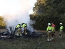 Brandweer blust brandende berg met afval in Sint-Oedenrode