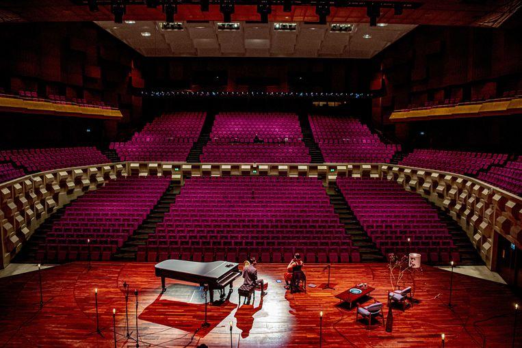 Muzikanten Farid Sheek en Maya Fridman treden op in een lege zaal van De Doelen theater.  Beeld ANP