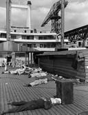 Havenwerkers tijdens schafttijd op het SS Rotterdam.