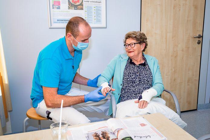 Riet Schoenmakers met fysiotherapeut Berry van Hezik op de brugafdeling van het ETZ; locatie TweeSteden