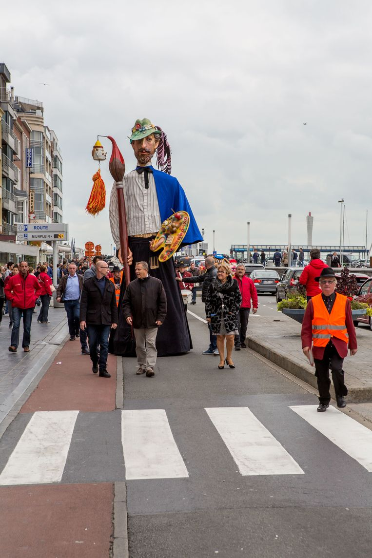 Reus James stapt trots door de Oostendse straten.