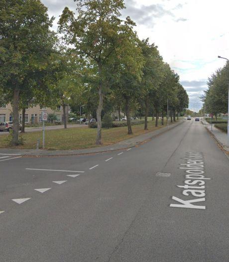 Bromfietsers, fietsers en voetgangers glijden uit over olie in Terneuzen: vrouw gewond naar ziekenhuis