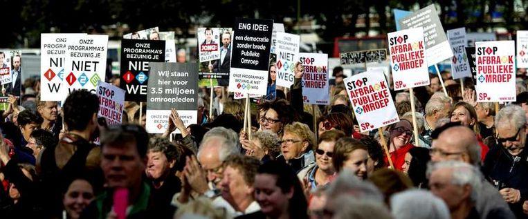 Omroepmedewerkers, op het Malieveld in Den Haag, voeren actie tegen de aangekondigde extra bezuinigingen bij de publieke omroep. Beeld anp