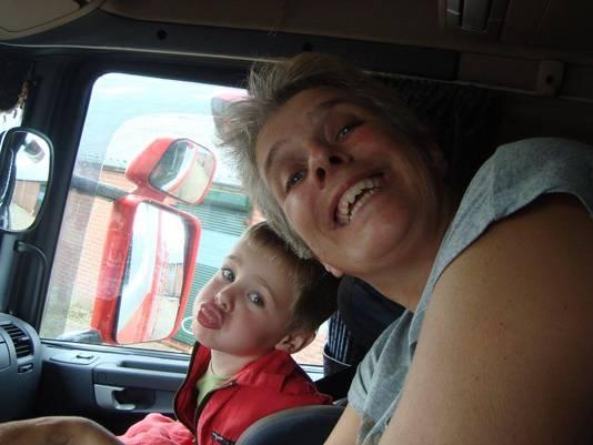 Sita de Vries (43) en haar zoon.