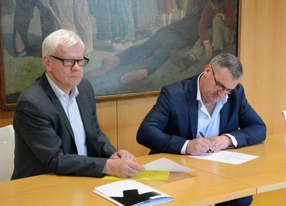 Burgemeester Willem ondertekent de akte en is nu officieel burgemeester van Bever.
