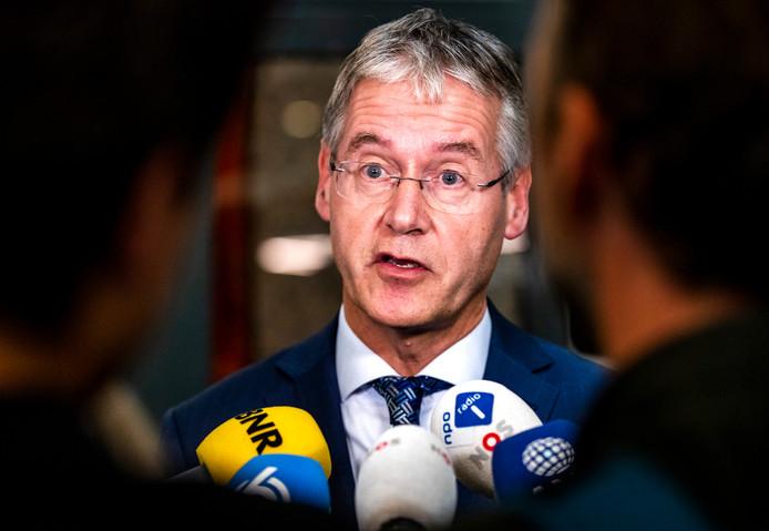 Minister Arie Slob (Media) denkt erover meevallers bij de Ster in te zetten voor de organisatie van het Eurovisie Songfestival, maar heeft zijn beslissing daarover uitgesteld.