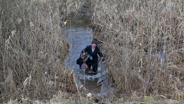 Een Kosovaarse vrouw probeert de grens tussen Servië en Hongarije over te steken.